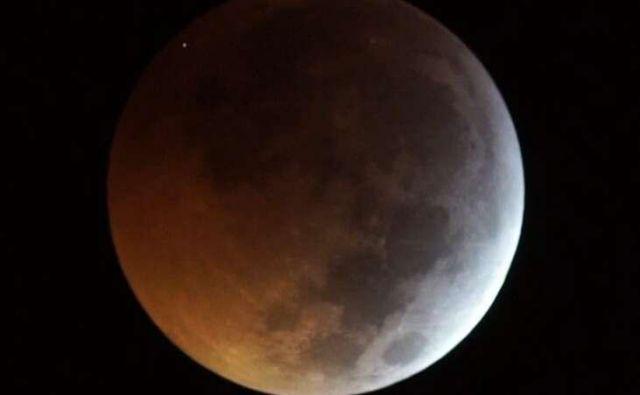 Trk je viden v temnem zgornjem desnem robu. Foto J. M. Madiedo / Midas
