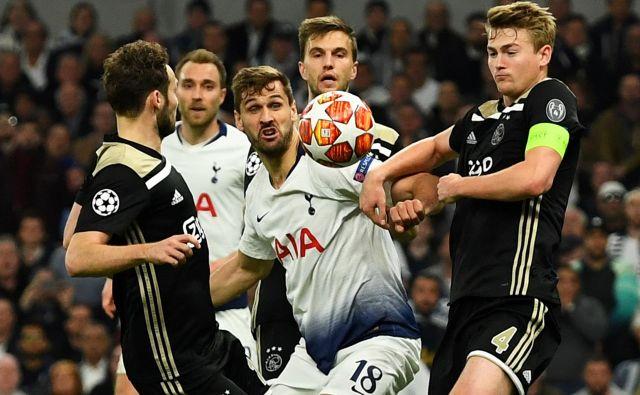 Španski napadalec pri Tottenhamu Fernando Llorente je bil nenehoma v primežu Ajaxovih branilcev. Med njimi je bil najvidnejši najmlajši kapetan v polfinalih lige prvakov Matthijs de Ligt. FOTO: Reuters