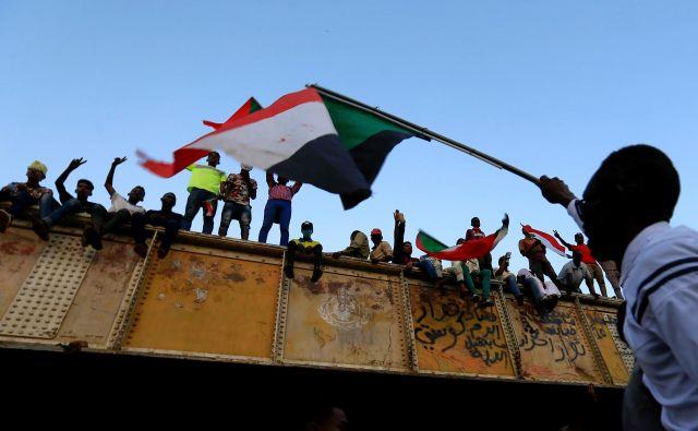 Predstavniki protestnikov pravijo, da se bodo umaknili z ulic šele, ko se bo vojska vrnila v vojašnice. FOTO: Reuters