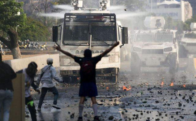 Nasprotniki režima so se udarili z vojsko. FOTO: AFP
