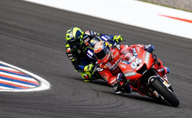 Andrei Doviziosu vneto diha za ovratnik Valentino Rossi. FOTO: Motogp.com