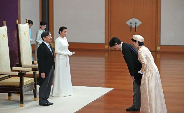 Cesar Naruhito in cesarica Masako prejemata blagoslov princa Akišina in princese Kiko. FOTO: Reuters