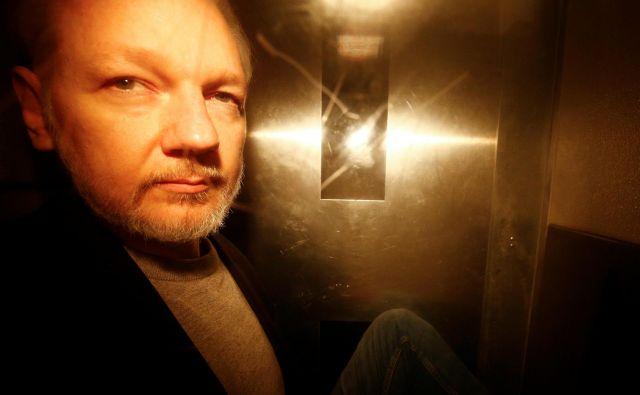 Julian Assange včeraj ob prihodu na sodišče. FOTO: Henry Nicholls/Reuters