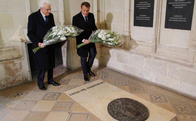 Sergio Mattarella (L) in Emmanuel Macron na Leonardovem grobu. FOTO: Philippe Wojazer/Afp