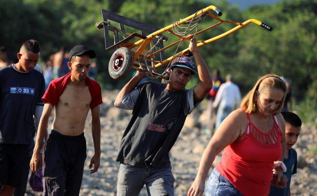 Nasprotniki državnega režima odhajajo iz Venezuele. FOTO: Reuters