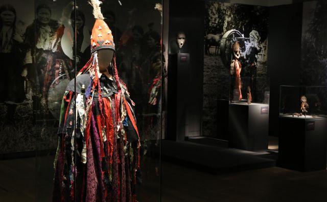 Oblačilo šamanke iz leta 1909. Sovje perje priča, da je sova glavni duh šamanke pri njeni ritualni praksi, školjke na njenem pokrivalu so simboli plodnosti in moči. Fotografiji Jure Rus/SEM