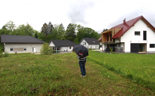 V novem enaselju v Kresnicah bodo morali lastniki hiš, ki so vodo na črno črpale iz javnega sistema, zadeve urediti do 1. seštembra. FOTO: Roman Šipić/Delo