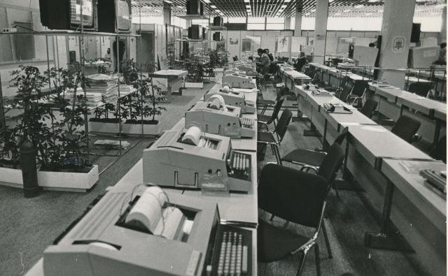 V tiskovnem središču ZOI 1984 v Sarajevu, ki jih je s prizorišča pokrivala celotna športna redakcija Dela, so novice v svet pošiljali še s teleprinterji. FOTO: Janez Pukšič/Delo