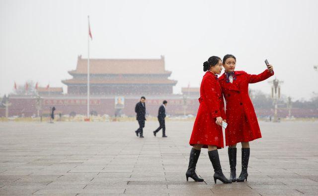 Mladi Kitajci bi morali po mnenju kitajskega voditelja danes razmišljati predvsem o tem, od kod izvira njihova sreča in kako se bodo za to oddolžili. FOTO: Reuters