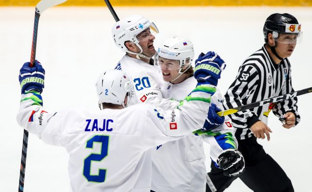 Slovenija (na fotografijiMiha Zajc, Sabahudin Kovačevič in strelec dveh golov Jan Drozg) se je razveselila prve zmage v Nur-Sultanu. FOTO: Matic Klanšek Velej/Sportida