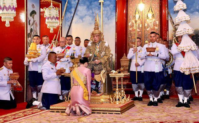 Tajski kralj Maha Vadžiralongkorn je že pred kronanjem jasno pokazal, kakšna je njegova vizija demokracije in zakona s kraljico Suthido. FOTO: AFP