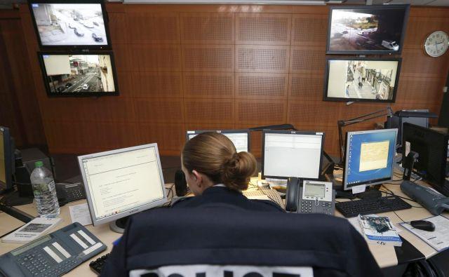 Varnostno-nadzorni center je najpomembnejši del v sistemu zasebnega varovanja. Foto Reuters