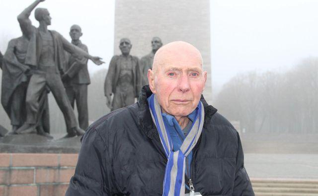 »Tisti občutek, ko smo prišli ven, ko je za nami ostala tista mreža … to se ne da povedati, to se ne da opisati z besedami. Bilo je neverjetno. Res neverjeten občutek svobode,« se Tomaž Vuk spominja osvoboditve Buchenwalda. Foto Simona Fajfar