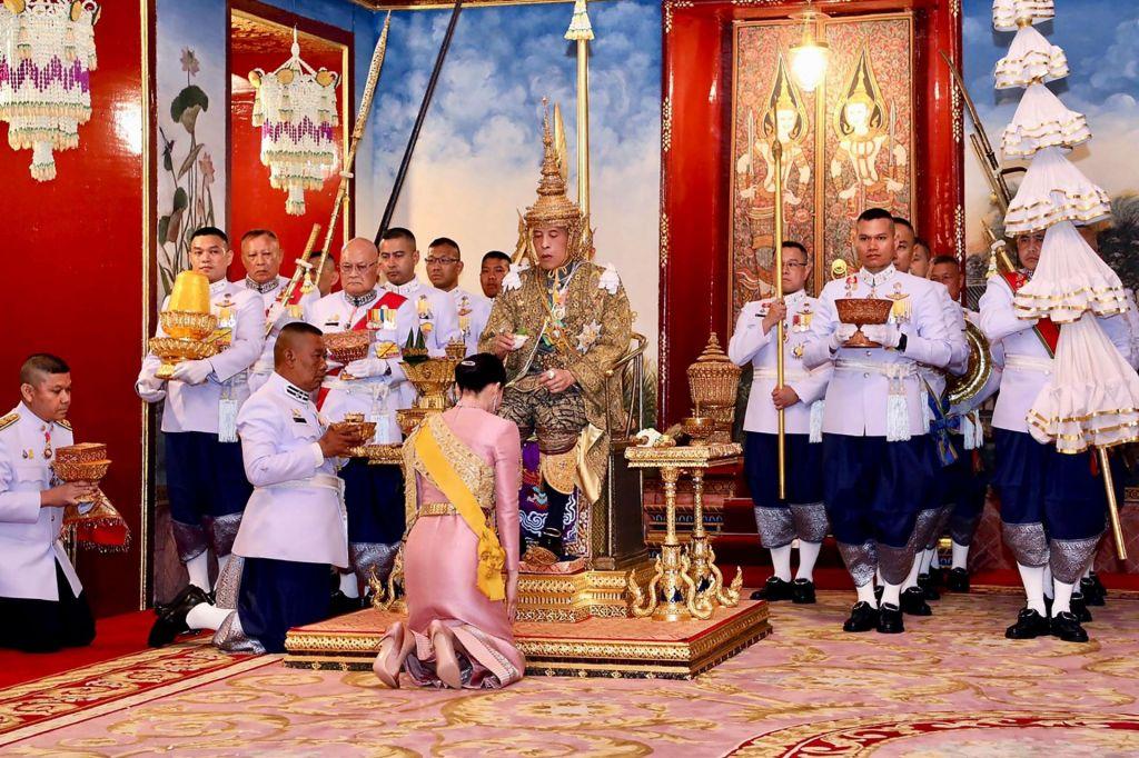 FOTO:Kralj Rama X. in kraljica na tleh