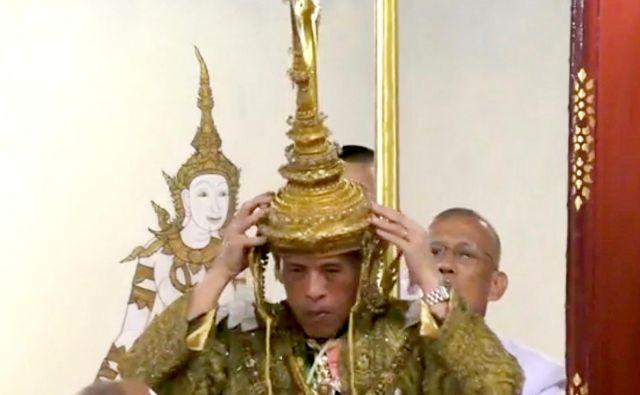66-letni monarh si je sam nadel 7,3-kilogramsko zlato krono, okrašeno z indijskimi diamanti. V svojem prvem nagovoru se je zavezal, da bo vladal s pravičnostjo in v korist tajskih ljudi. FOTO: Reuters