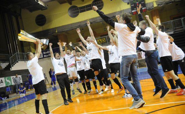 Tretjega zaporednega naslova v dvoranskem nogometu so se veselili pri moštvu Dobovec Pivovarna Kozel. FOTO Drago Perko