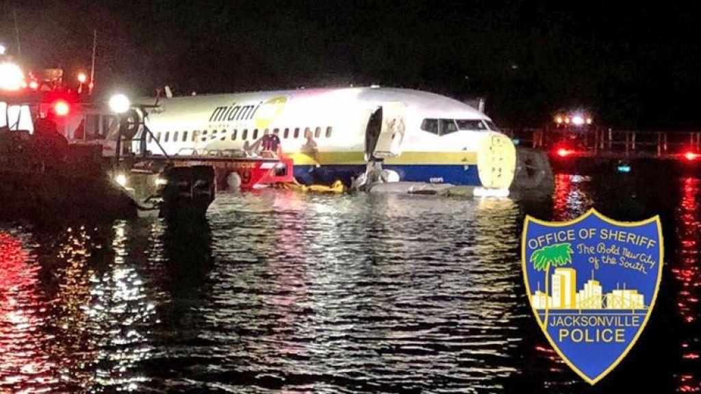 Boeing 737 po zdrsu na vzletni stezi končal v reki