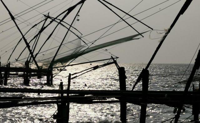 Stare kitajske mreže (Kochin) še danes lovijo ribe. Foto Boris Šuligoj