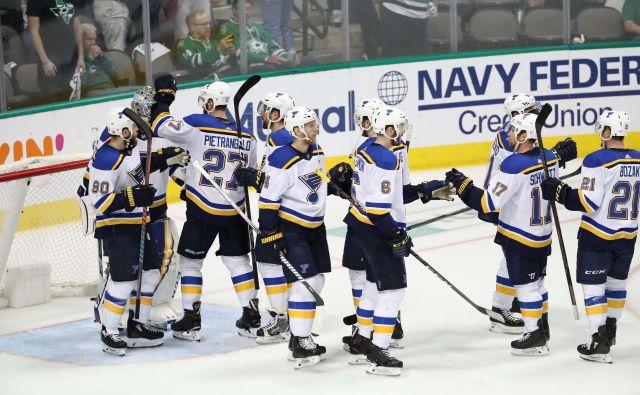 Hokejisti moštva St. Louis Blues so se takole veselili tretje zmage nad Dallas Stars. FOTO: AFP
