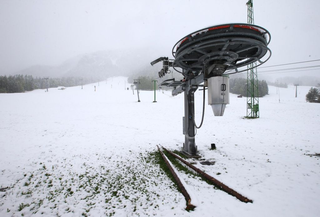 FOTO:Na višje ležečih cestah in prelazih zimske razmere, na Vipavskem piha močna burja