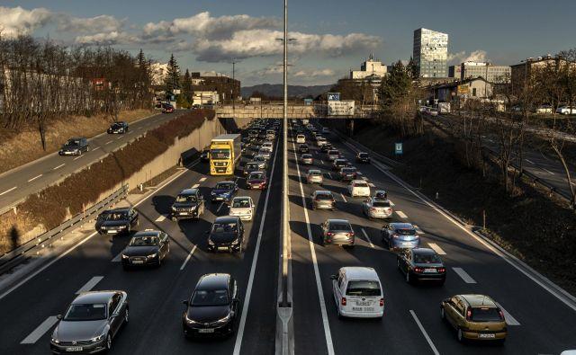 V zadnjih desetih letih se je število osebnih avtomobilov v Sloveniji povečalo za več kot desetino, tovornjakov je za kar tretjino več, hkrati pa je manj državnih in lokalnih cest. FOTO: Voranc Vogel/Delo