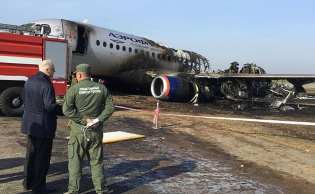 Medtem so že prišli do obeh črnih skrinjic letala. FOTO: Afp