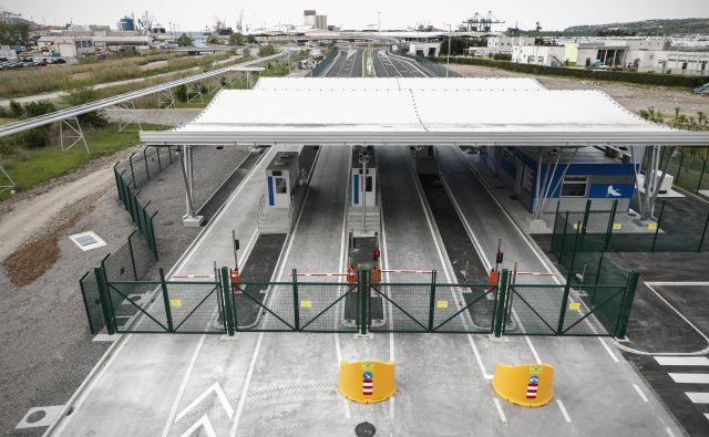 Skozi novi srminski vhod bo v prvih mesecih v Luko Koper vozilo 20 odstotkov, čez pol leta pa 40 odstotkov tovornjakov. Foto Uroš Hočevar
