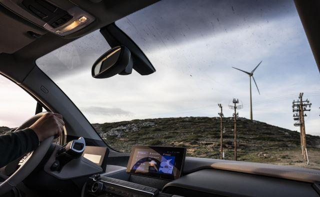 Prihodnost je zdaj: električni avtomobil in obnovljivi viri energije. FOTO: Matjaž Krivic