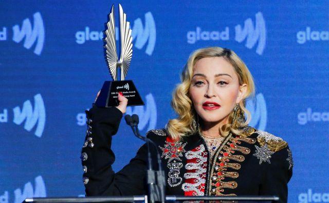 Madonna z nagrado na sobotni slovesnosti GLAAD awards v New Yorku, kjer je povedala kar nekaj kritičnih misli, obenem pa se tudi dodobra osebno razgalila. FOTO: Reuters