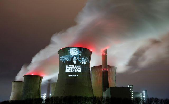 Aktivisti Greenpeaca so na termoelektrarno v bližini Kölna projicirali ključne figure, ki lahko pospešijo zmanjšanje izpustov: kanclerko Angelo Merkel, gospodarskega ministra Petra Altmaierja, vodjo SPD Andreo Nahles ter ministra za transport Andreasa Scheuerja. FOTO: Reuters