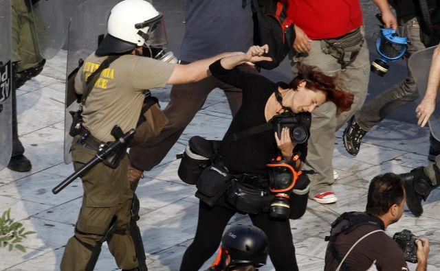 Grški policist je udaril fotoreporterkoTatianoBolari med demonstracijami v Atenah. Policisti so tisti dan napadli več novinarjev, ki so obravnavali proteste in ranili vsaj dva člana medijev.Foto Yannis Behrakis Reuters