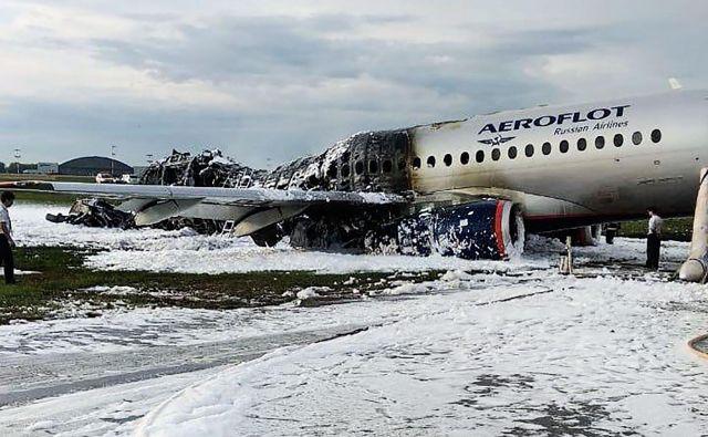 Tudi potniki in člani posadke so povedali, da so videli strelo in čutili sunek, ko je letalo doseglo oblake. FOTO: AFP