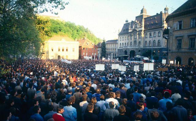 Na Kongresnem trgu se je 8. maja 1989 zbralo več kot 30.000 ljudi. FOTO: Srdjan Živulovič/Bobo