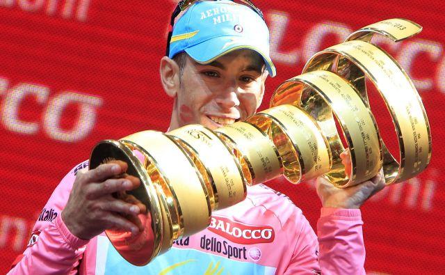 Takole je Vincenzo Nibali leta 2013 v Brescii proslavil prvo zmago na Giru, tri leta kasneje je zmagal drugič, to je bila tudi zadnja italijanska zmaga na rožnati pentlji. FOTO: Reuters