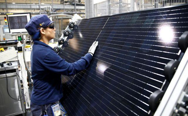 Zadnji pregled sončne elektrarne v tovarni v Singapuru. FOTO: Edgar Su/Reuters