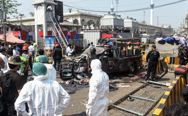 Odgovornost za napad je prevzela talibska skupina Hizbul Arhar, ki je objavila, da je bil uperjen proti policiji. FOTO: Arif Ali/AFP