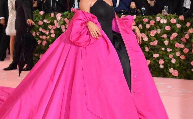 Lady Gaga v dveh od svojih štirih oblek s podpisom Brandona Maxwella Foto AFP