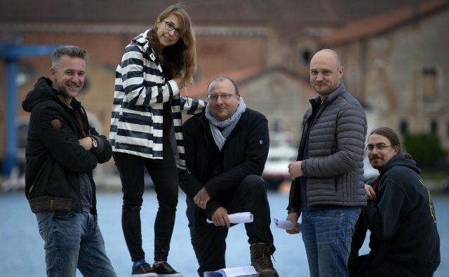 Marko Peljhan je s sodelavci svoje delo postavil na prizorišču v Arzenalu. Na fotografiji z leve: Jan Trošt, Tamara Likon, Marko Peljhan, Peter Krapež in Uroš Veber. FOTO: Matej Družnik