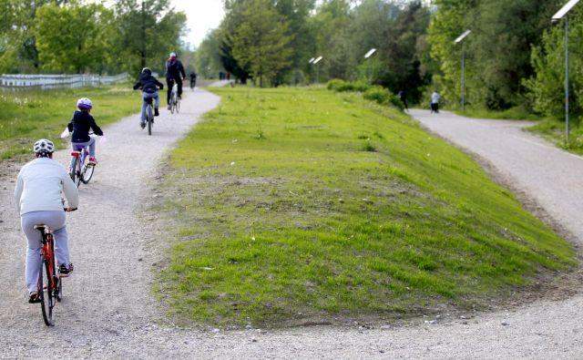 Rekreativna Pot ob Savi je priljubljena tudi med kolesarji. FOTO Roman Šipić/Delo