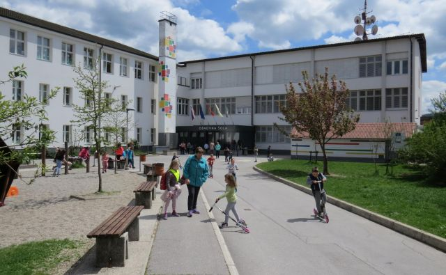Osnovno šolo v Dolenjem Logatcu pesti tudi pomanjkanje igralnih površin. FOTO: Bojan Rajšek/Delo