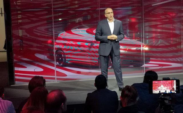 Član uprave koncerna VW Jürgen Stackmann je na včerajšnji tiskovni konferenci predstavil začetek prodaje električnih volkswagnov. Foto Gregor Pucelj