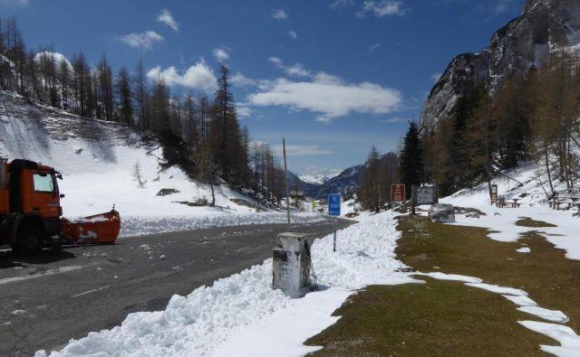 Cesta čez Vršič je bila splužena in suha, toda prelaz je bil uradno zaprt. FOTO: KS Soča - Trenta