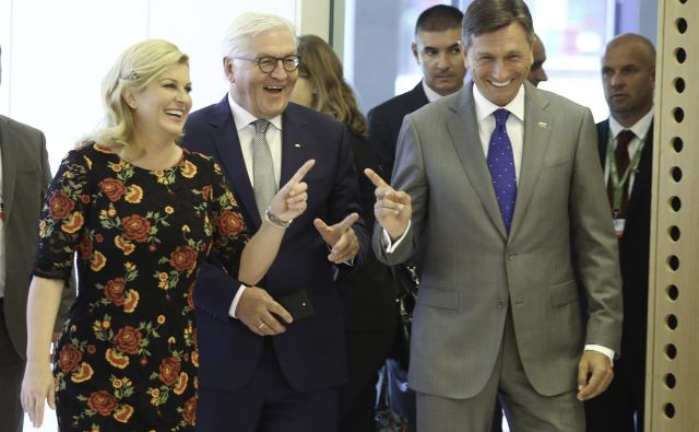 Ko sta leta 2017 slovenski predsednik Borut Pahor in njegova hrvaška kolegica Kolinda Grabar-Kitarović na Brdu gostila proces Brdo-Brioni, je bil posebni gost nemški predsednik Frank-Walter Steinmeier (v sredini). Foto: Jože Suhadolnik