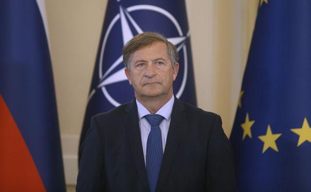 Knovs ministru za obrambo Karlu Erjavcu očita zlorabo obveščevalcev, zaradi katere je odletel nekdanji obrambni minister SD Janko Veber. Za Erjavca pa bo ključno pričanje Simone Drenik.