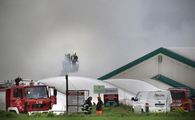 Požar v zbirnem centru odpadkov Suhadole menda ni ogrozil zdravja ljudi. FOTO: Tomi Lombar/Delo