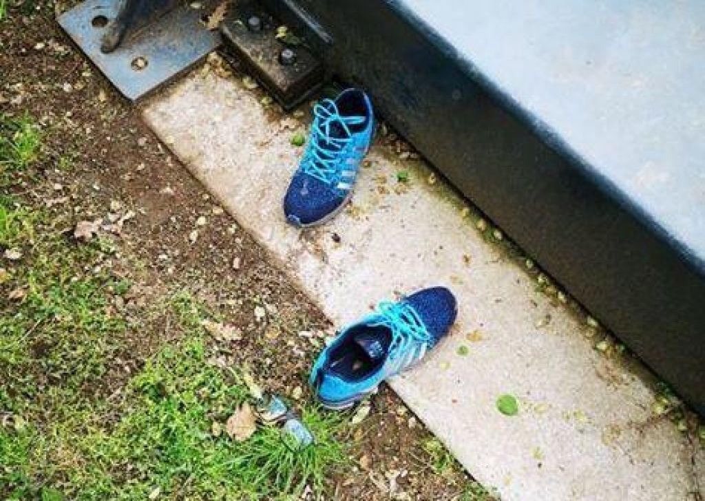 Našli lastnika skrivnostnih čevljev in očal