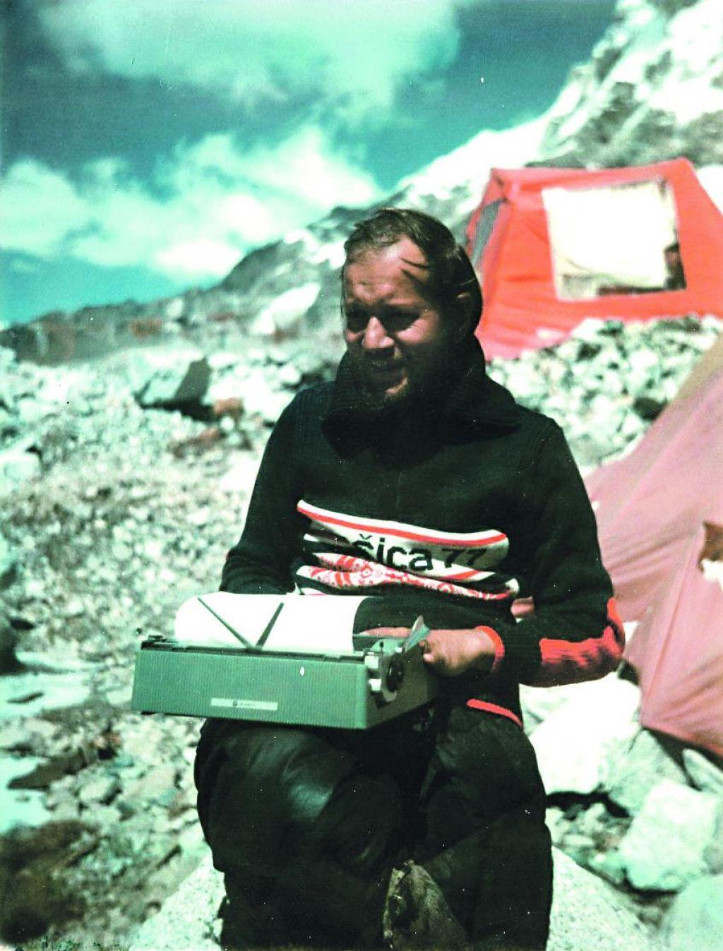 Novinar Dela v baznem taboru