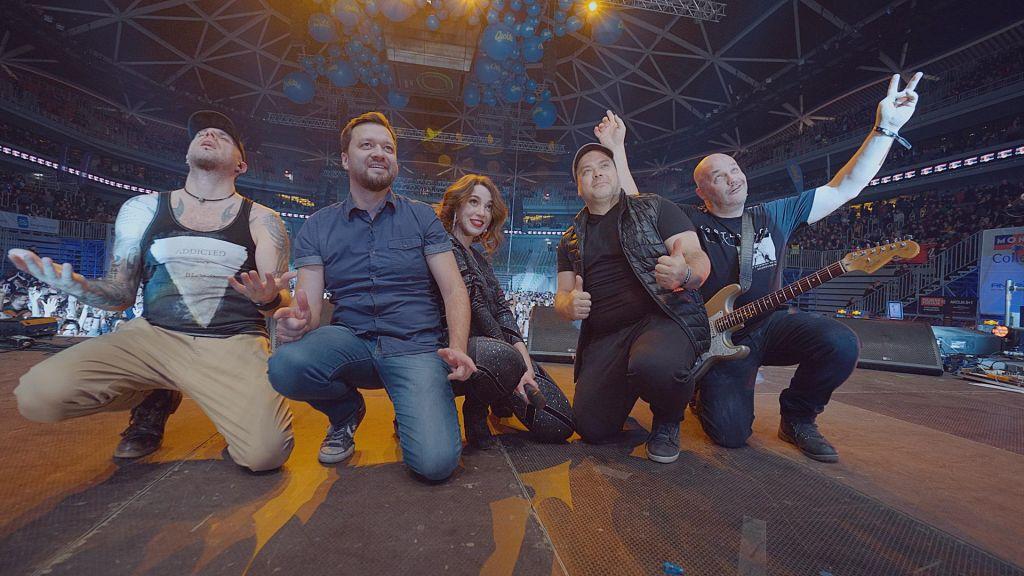 FOTO:Pevke odhajajo, bend igra naprej!