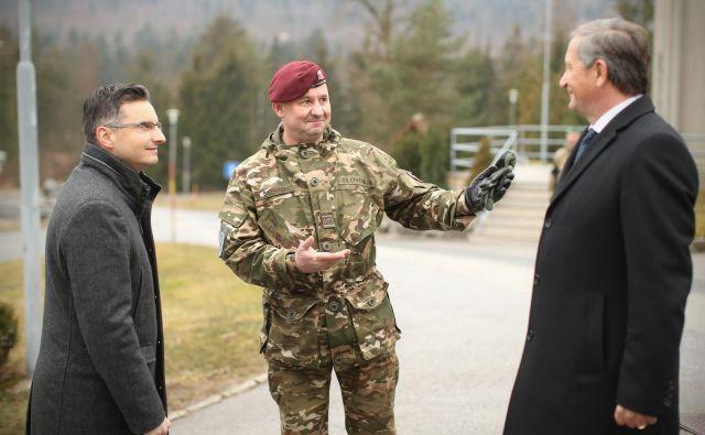 Januarja letos sta se tedaj še poveljnik poveljstva sil Miha Škerbinc (na sredini) in obrambni minister Karl Erjavec dobro razumela. Škerbinca je Erjavec razrešil zaradi pokanja na vadišču Poček, zdaj njun spor povzroča glavobol premieru Marjanu Šarcu (levo). FOTO: Jure Eržen/Delo