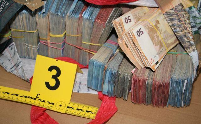 Madžarska državljana policistom nista znala razložiti, od kod jima okoli 1,8 milijona dolarjev gotovine. FOTO: PU Murska Sobota